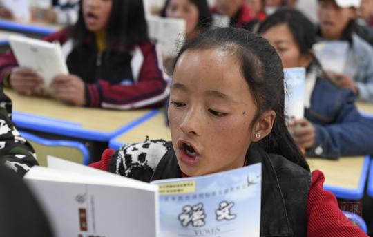 归来·凉山少年:那个偷听老师讲课的彝族小姑娘回课堂了