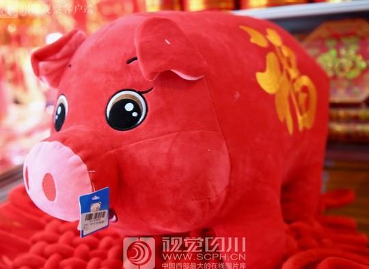 市民们纷纷选购个性创意卡通猪,新年红包袋,对联,福字等大红灯笼.