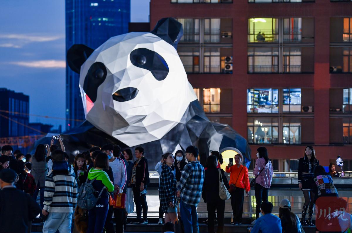 """组图︱公共艺术促城市文化成长 大熊猫雕塑的""""朋"""